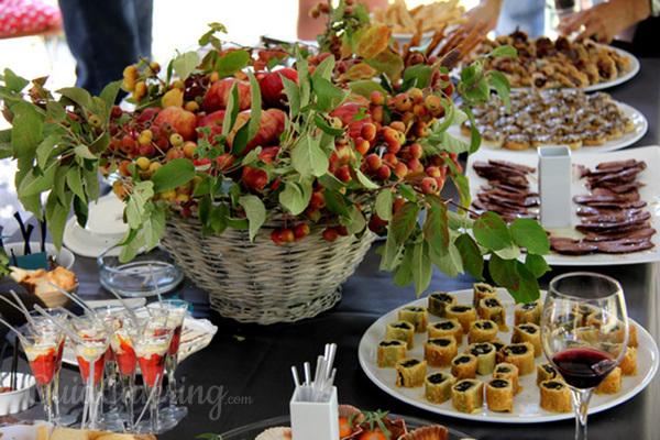 ¿De pie o sentados? Cómo preparar el catering según el tipo de invitados
